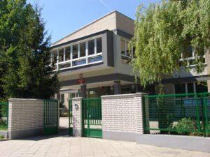 Zdjęcie wejścia do szkoły